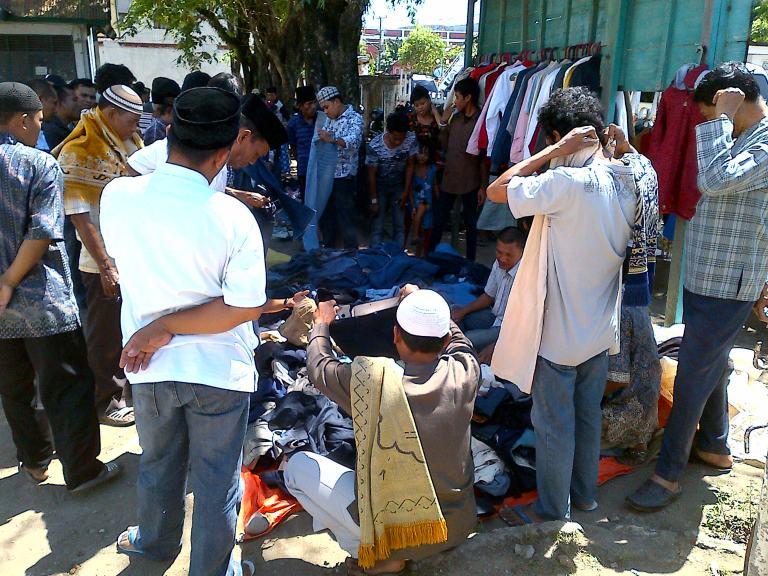 Belanja Pakaian di depan Masjid
