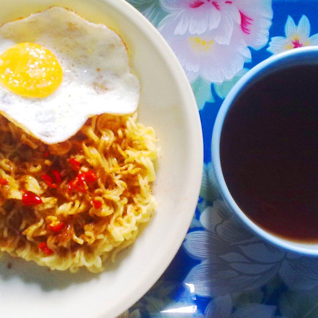 Mie Goreng Telur dan Teh Hangat