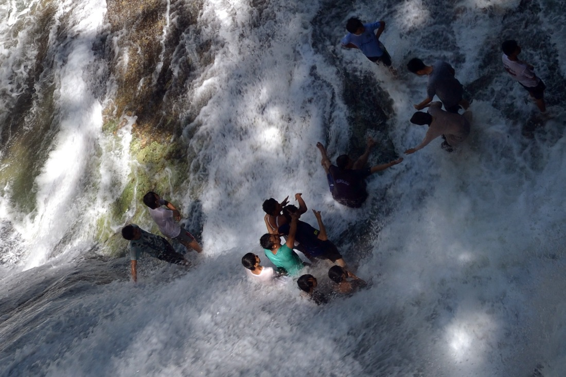 Photo Bantimurung waterfall from above, visitors happy playing with water