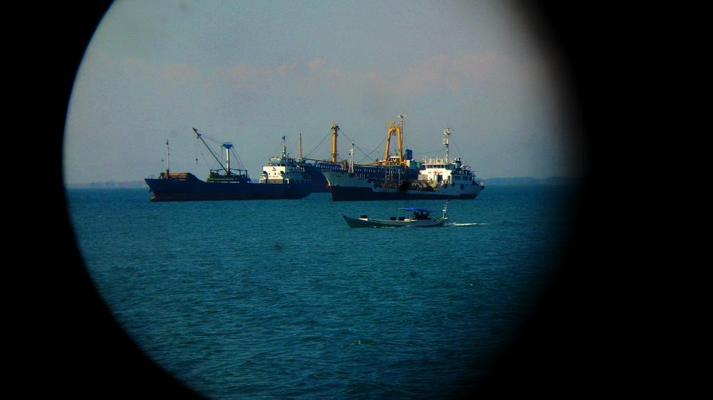 Memotret Kapal dengan Teropong