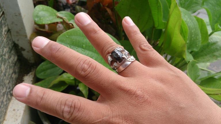cincin batu hitam